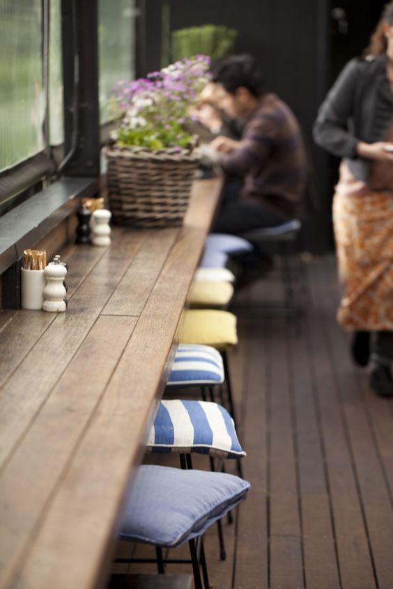 Bàn dài trong thiết kế quán cafe 8